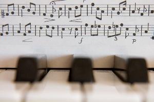 piano-keys-music-score